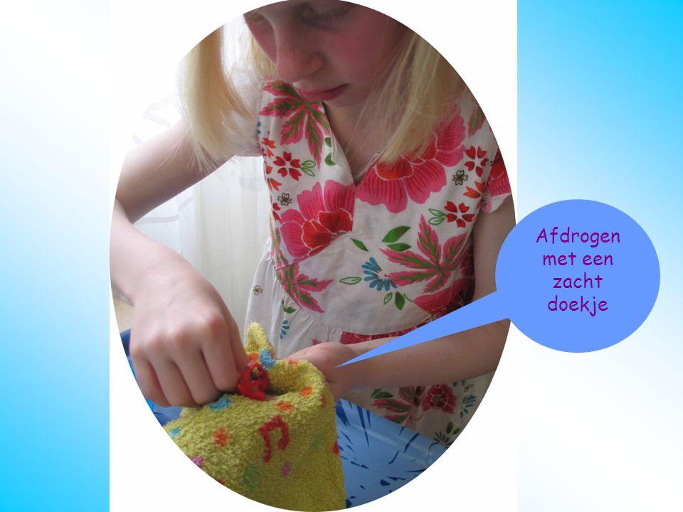 oorstukje schoonmaken Afdrogen Afdrogen met een zacht doekje