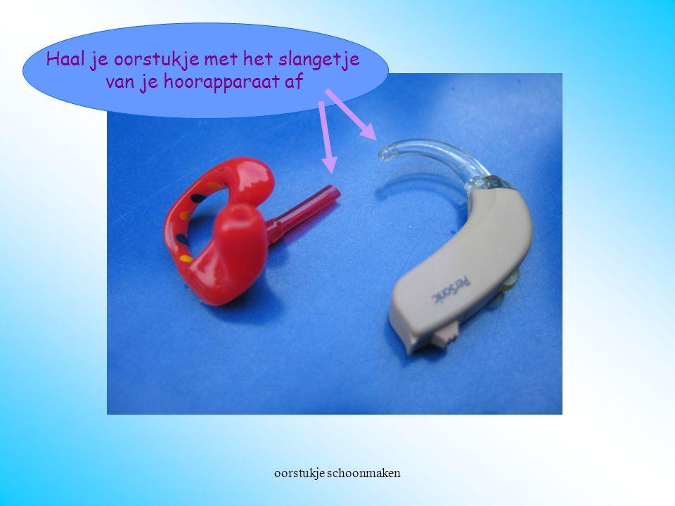 oorstukje schoonmaken Oorstukje losmaken Haal je oorstukje met het slangetje van je hoorapparaat af