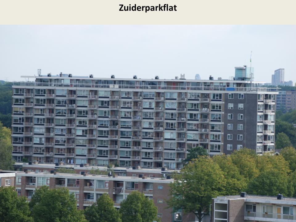 Op de voorgrond de Middelharnisstraat, op de achtergrond Metrostation Slinge