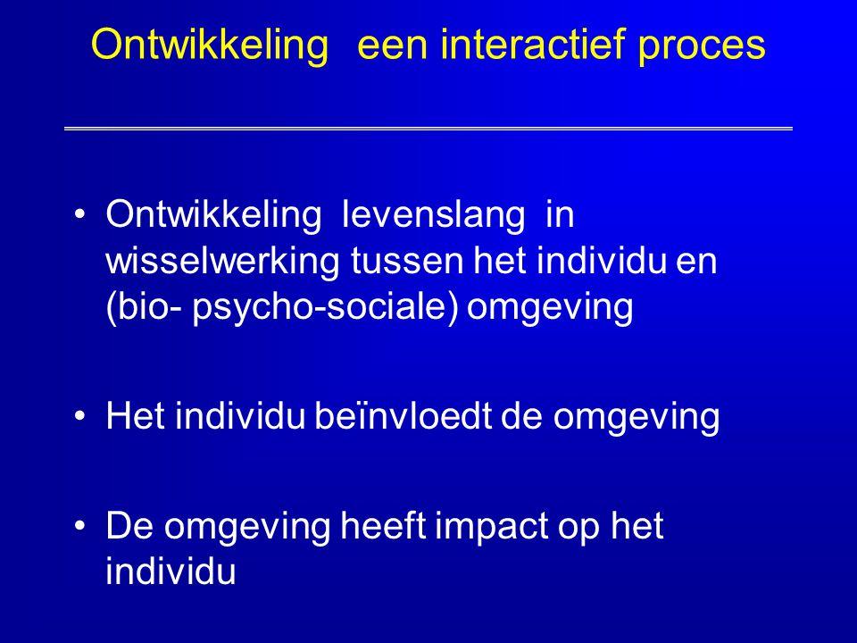Ontwikkeling een interactief proces Ontwikkeling levenslang in wisselwerking tussen het individu en (bio- psycho-sociale) omgeving Het individu beïnvl