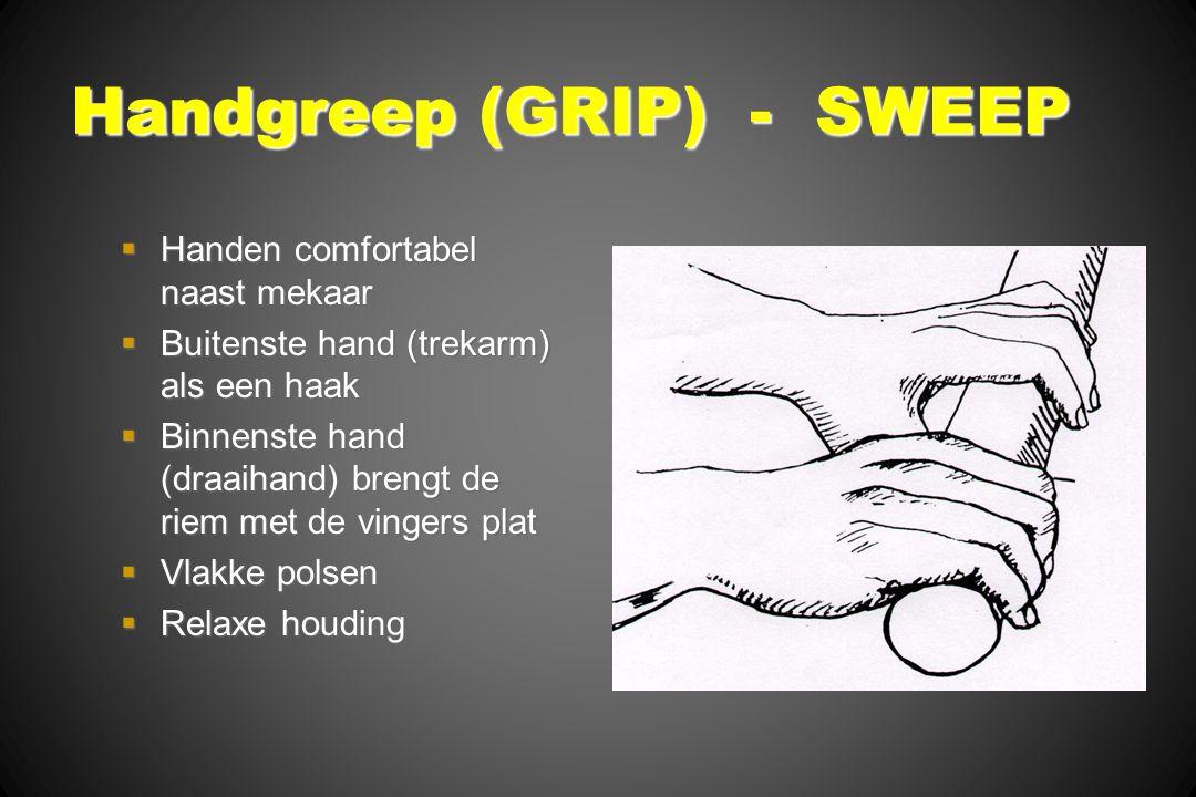Handgreep (GRIP) - SWEEP  Handen comfortabel naast mekaar  Buitenste hand (trekarm) als een haak  Binnenste hand (draaihand) brengt de riem met de