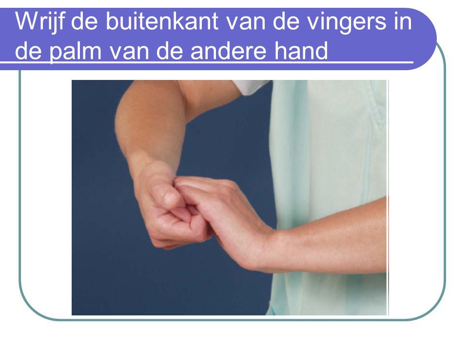 Wrijf de buitenkant van de vingers in de palm van de andere hand