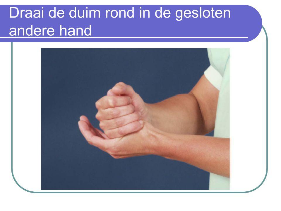 Draai de duim rond in de gesloten andere hand