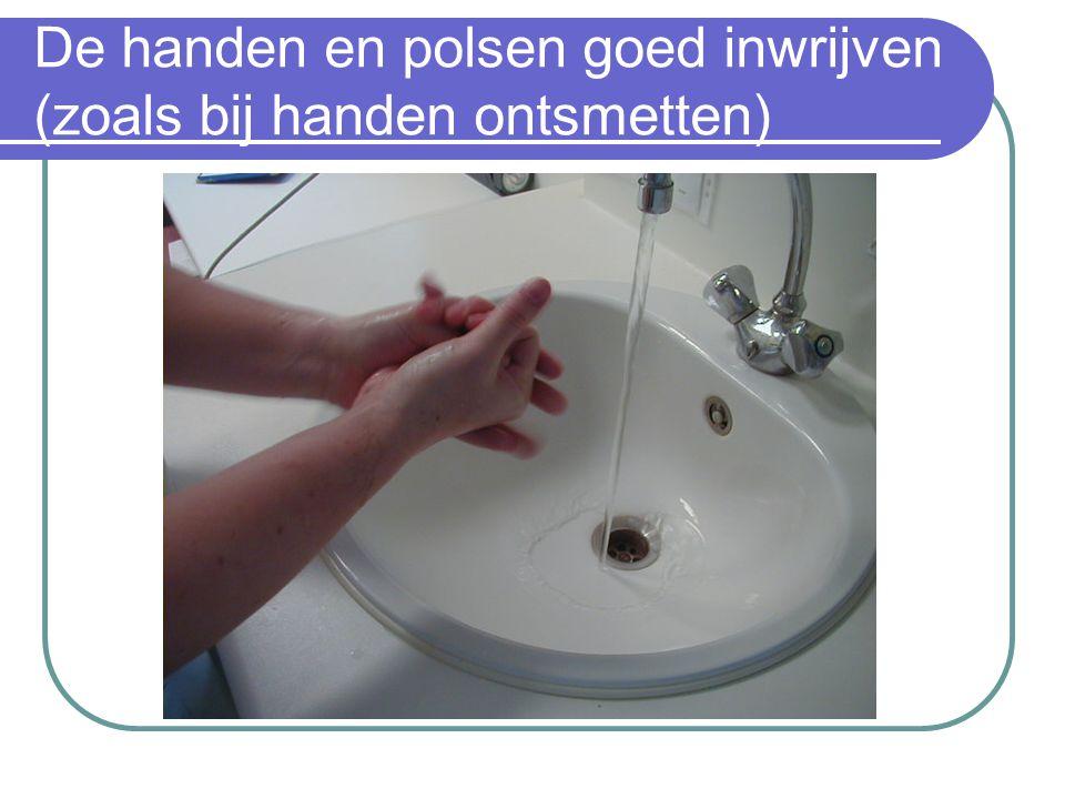 De handen en polsen goed inwrijven (zoals bij handen ontsmetten)