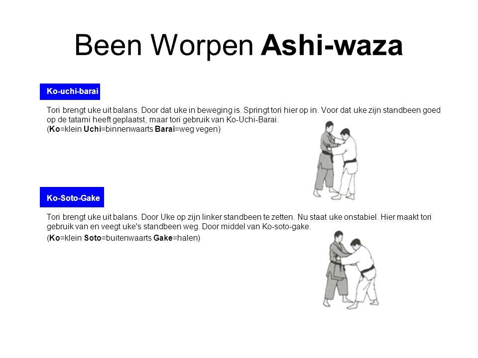 Been Worpen Ashi-waza Ko-uchi-barai Tori brengt uke uit balans. Door dat uke in beweging is. Springt tori hier op in. Voor dat uke zijn standbeen goed