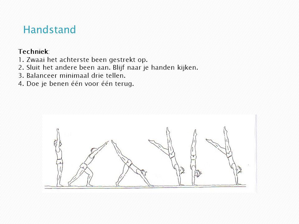 Techniek: 1. Zwaai het achterste been gestrekt op. 2. Sluit het andere been aan. Blijf naar je handen kijken. 3. Balanceer minimaal drie tellen. 4. Do