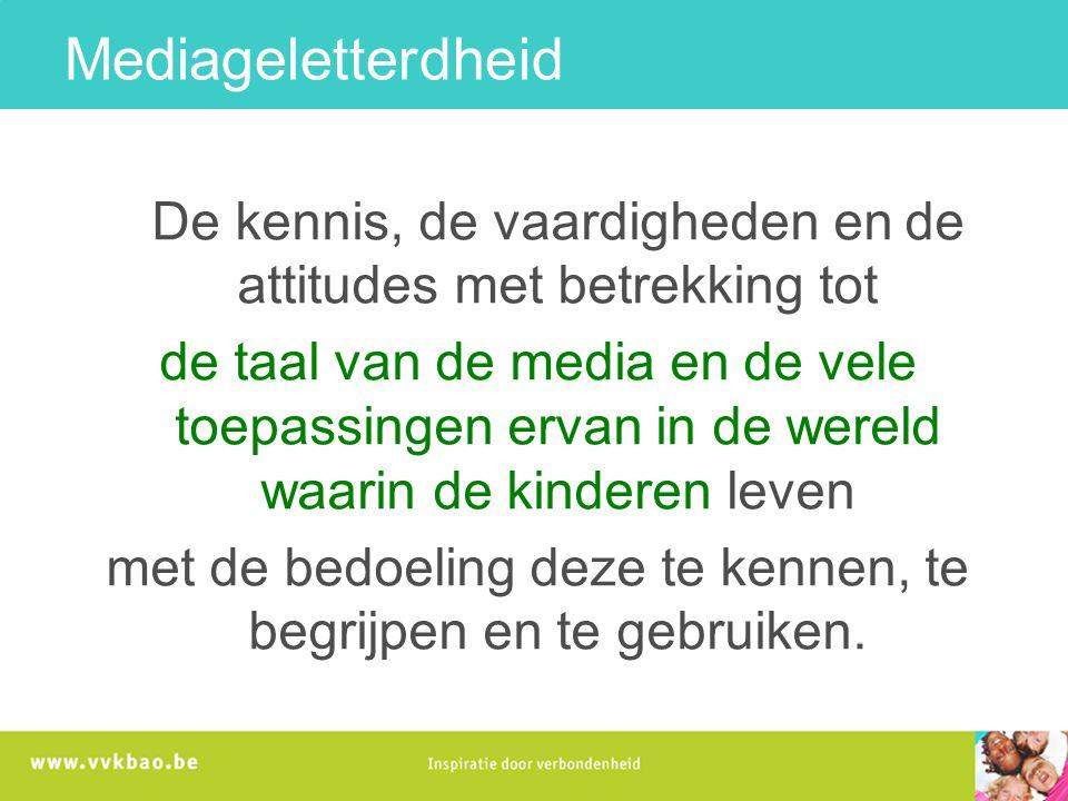 De kennis, de vaardigheden en de attitudes met betrekking tot de taal van de media en de vele toepassingen ervan in de wereld waarin de kinderen leven met de bedoeling deze te kennen, te begrijpen en te gebruiken.