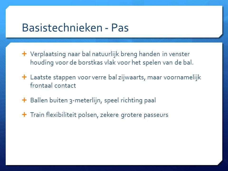 Basistechnieken - Pas  Verplaatsing naar bal natuurlijk breng handen in venster houding voor de borstkas vlak voor het spelen van de bal.  Laatste s