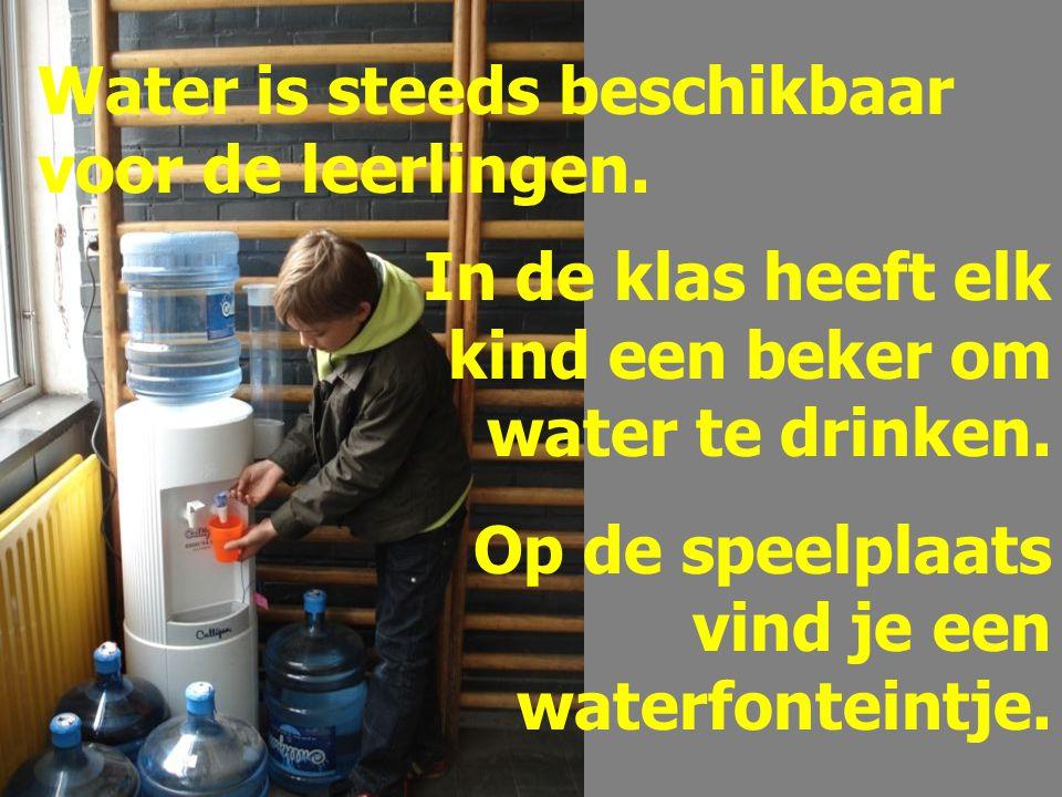 Water is steeds beschikbaar voor de leerlingen. In de klas heeft elk kind een beker om water te drinken. Op de speelplaats vind je een waterfonteintje