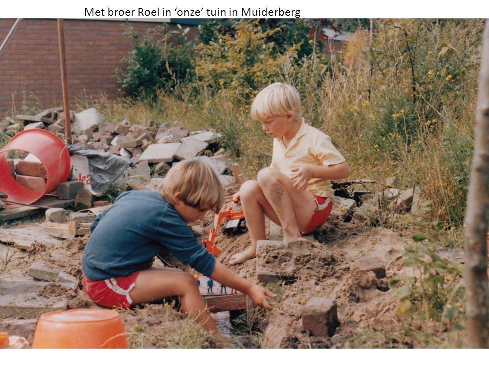 Met broer Roel in 'onze' tuin in Muiderberg
