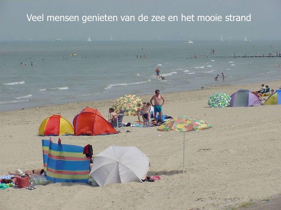 Veel mensen genieten van de zee en het mooie strand