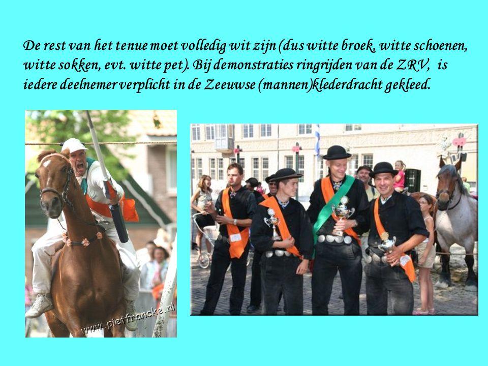 Het paard moet versierd zijn en de deelnemer moet de voorgeschreven wedstrijdkleding dragen. Het wedstrijdtenue voor officiële wedstrijden van de Zeeu