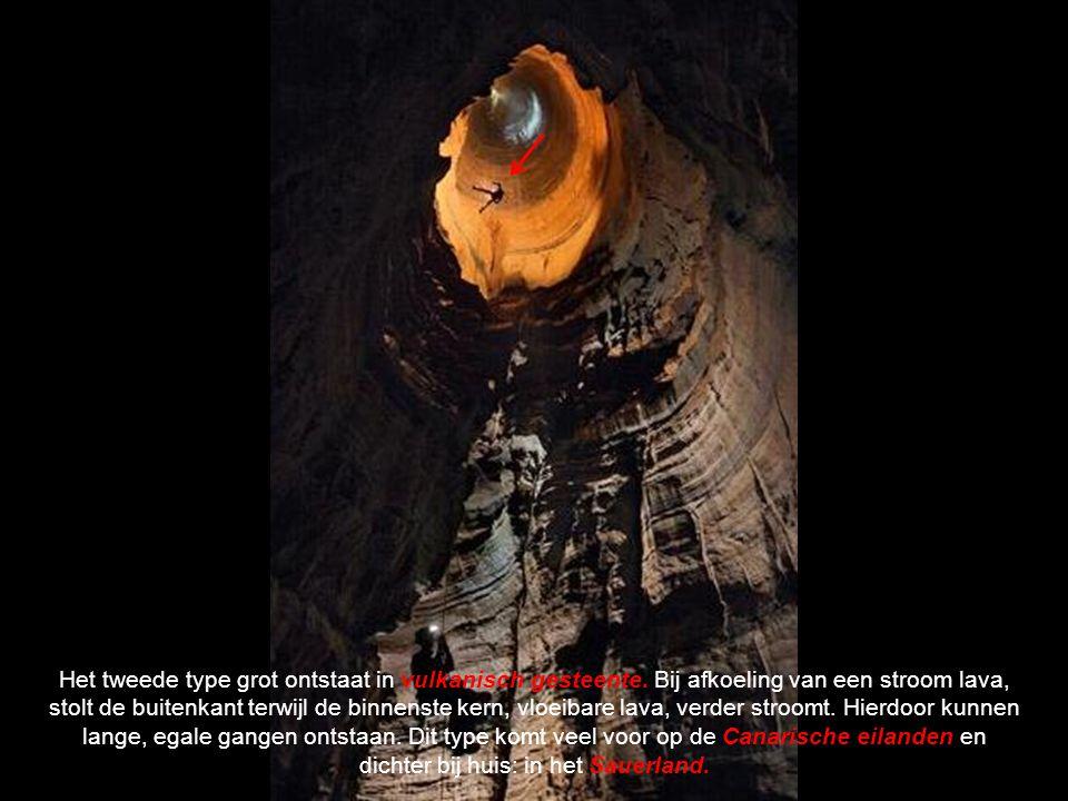 Tevens ontstaan door de chemische en eroderende werking diverse vormen van kalkafzetting zoals stalactieten/stalagmieten en kalkgordijnen.