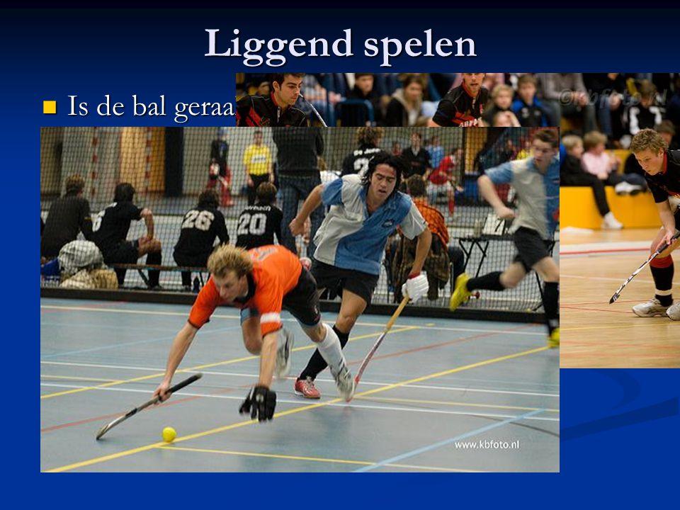 Liggend spelen Is de bal geraakt voordat de speler met meer steunpunten de grond raakt.