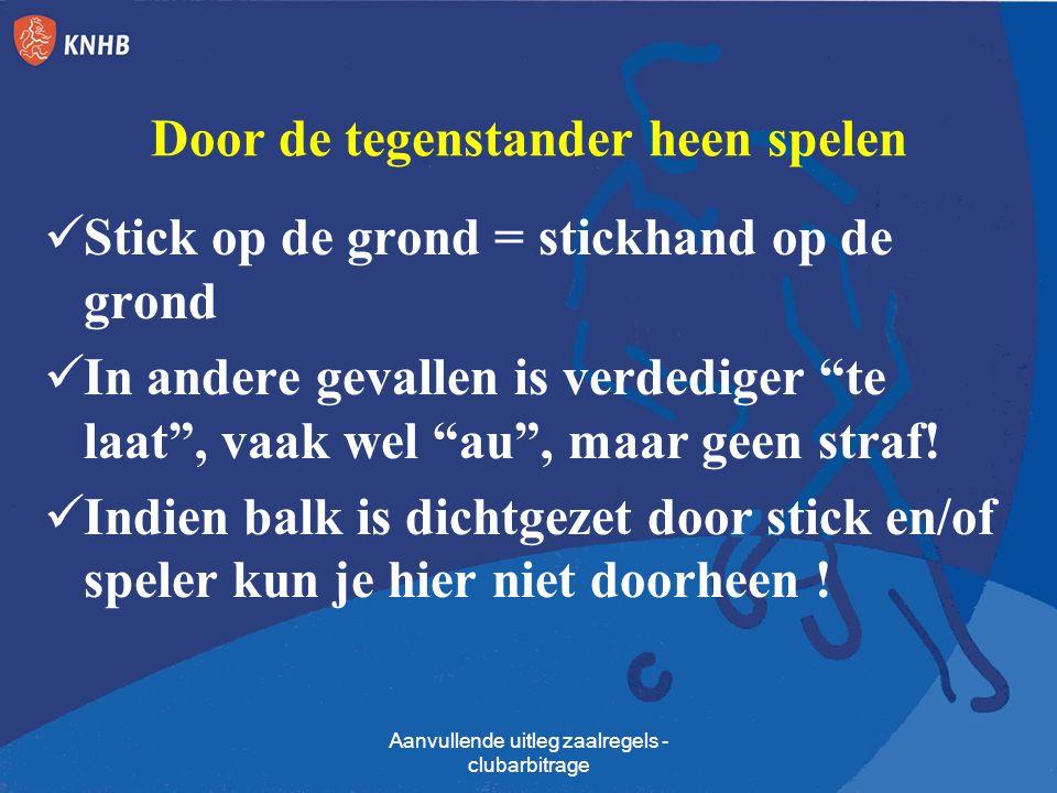 """Door de tegenstander heen spelen Stick op de grond = stickhand op de grond In andere gevallen is verdediger """"te laat"""", vaak wel """"au"""", maar geen straf!"""