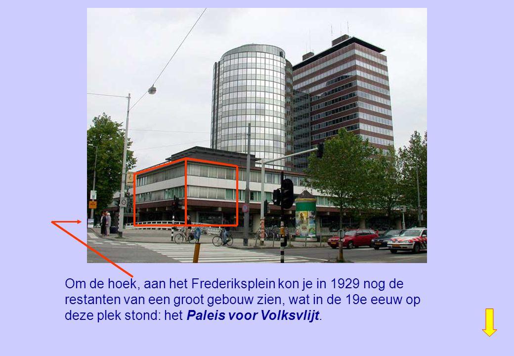 Om de hoek, aan het Frederiksplein kon je in 1929 nog de restanten van een groot gebouw zien, wat in de 19e eeuw op deze plek stond: het Paleis voor V