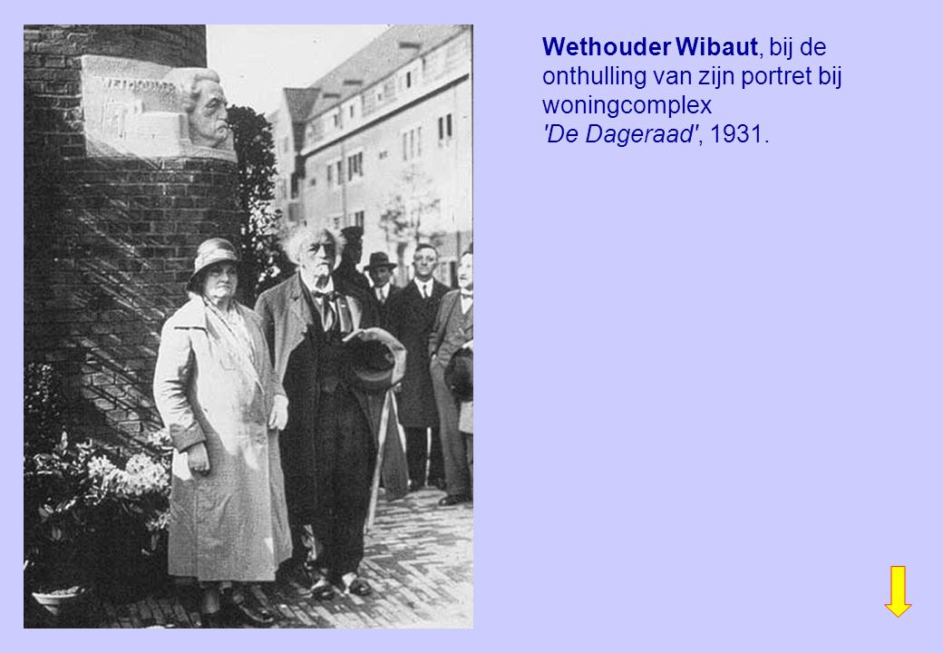 Wethouder Wibaut, bij de onthulling van zijn portret bij woningcomplex 'De Dageraad', 1931.