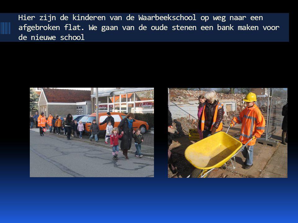 Hier zijn de kinderen van de Waarbeekschool op weg naar een afgebroken flat. We gaan van de oude stenen een bank maken voor de nieuwe school