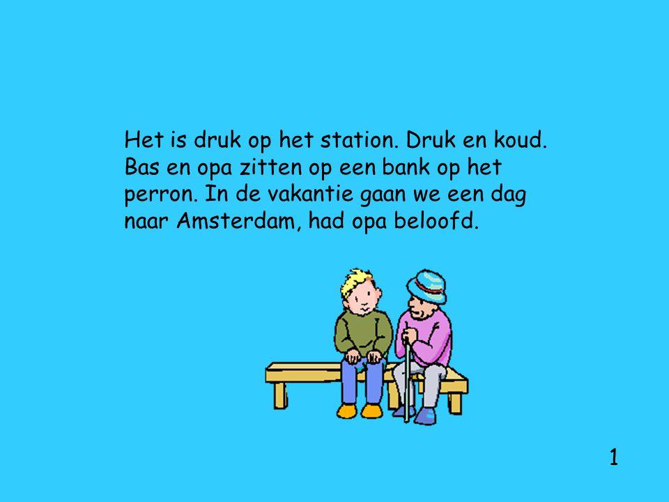 Het is druk op het station. Druk en koud. Bas en opa zitten op een bank op het perron. In de vakantie gaan we een dag naar Amsterdam, had opa beloofd.