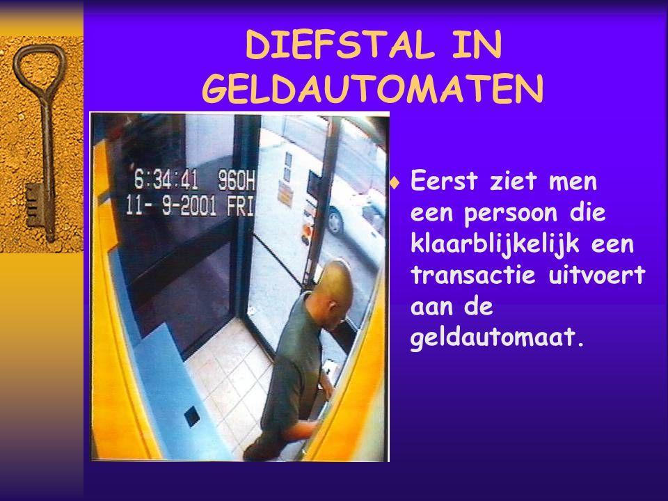 DIEFSTAL IN GELDAUTOMATEN  Eerst ziet men een persoon die klaarblijkelijk een transactie uitvoert aan de geldautomaat.