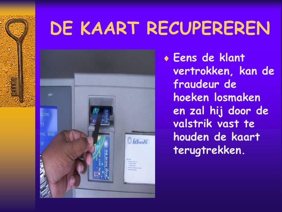 DE KAART RECUPEREREN  Eens de klant vertrokken, kan de fraudeur de hoeken losmaken en zal hij door de valstrik vast te houden de kaart terugtrekken.