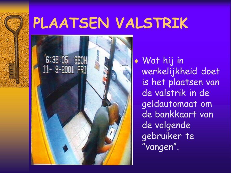  Wat hij in werkelijkheid doet is het plaatsen van de valstrik in de geldautomaat om de bankkaart van de volgende gebruiker te vangen .