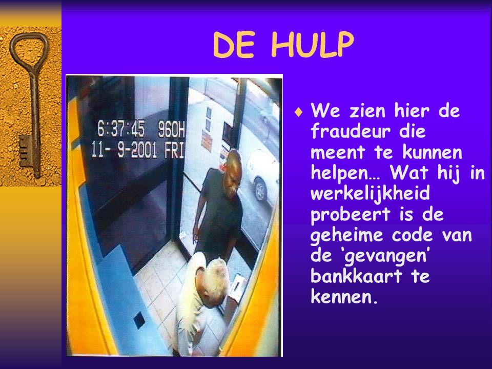 DE HULP  We zien hier de fraudeur die meent te kunnen helpen… Wat hij in werkelijkheid probeert is de geheime code van de 'gevangen' bankkaart te kennen.