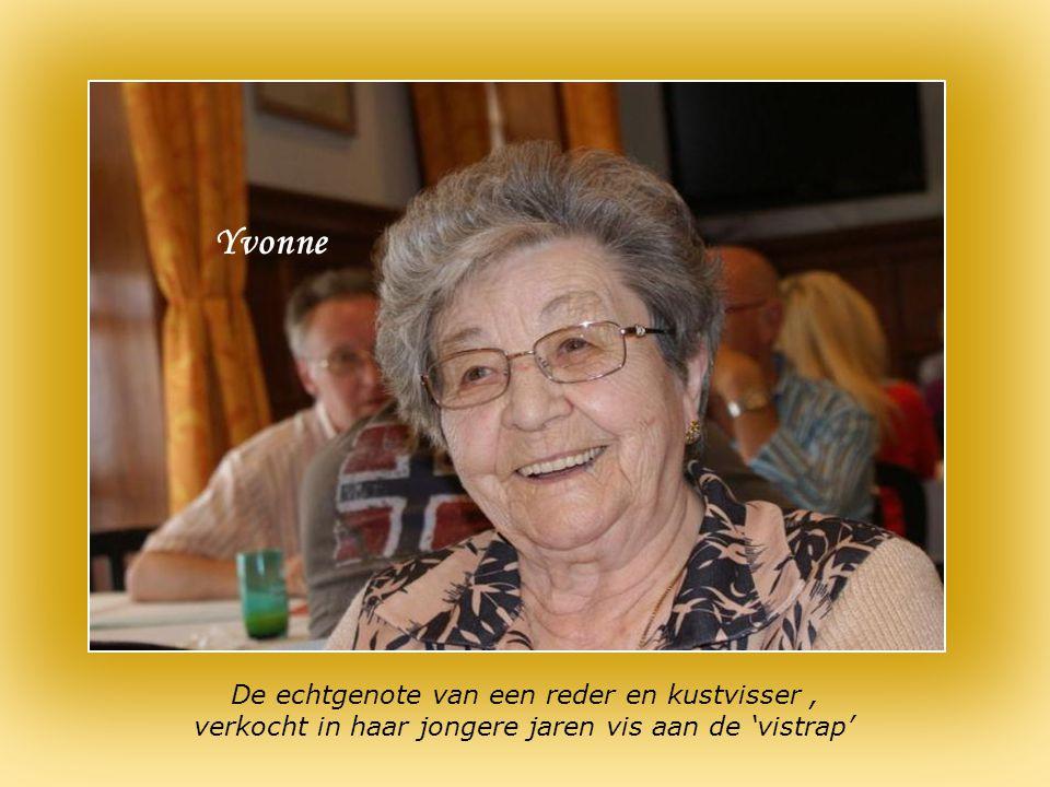 Jef, 95 jaar, gewezen kapitein op de IJslandvisserij, omringd door vrienden en familie Jef Léon : gewezen zeeloods schoonzoon