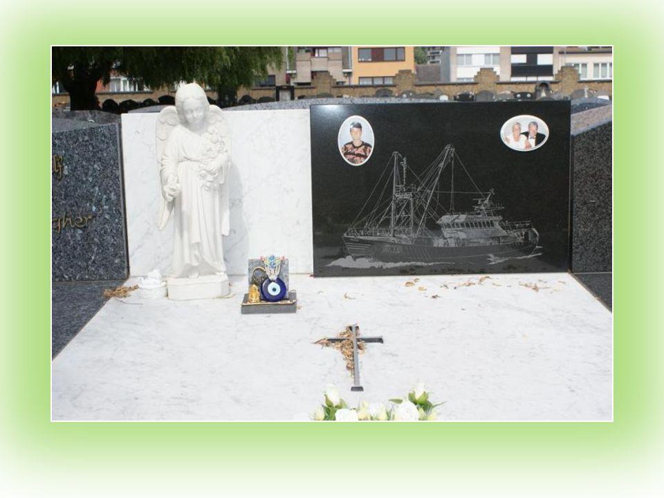 Oostende : begraafplaats ; meestal kan men het graf van een visser herkennen