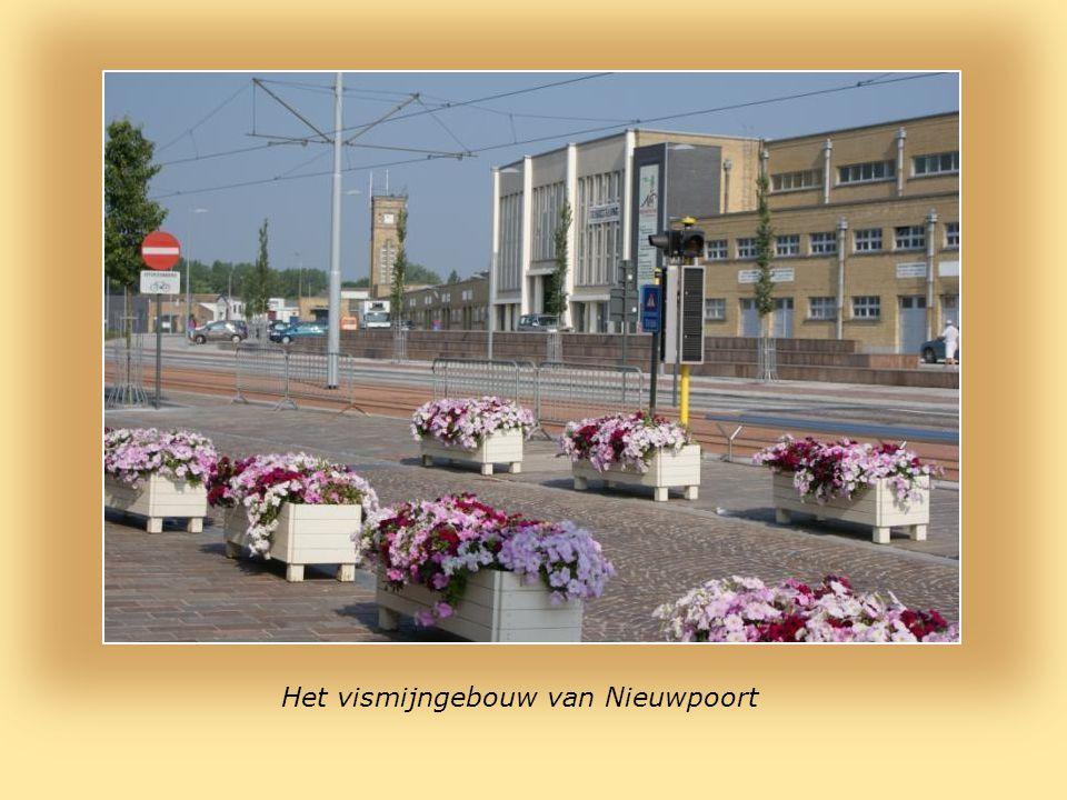 Bloemkransen worden neergelegd bij het monument Ter Nagedachtenis Van Alle Belgische Op Zee Omgekomen Vissers