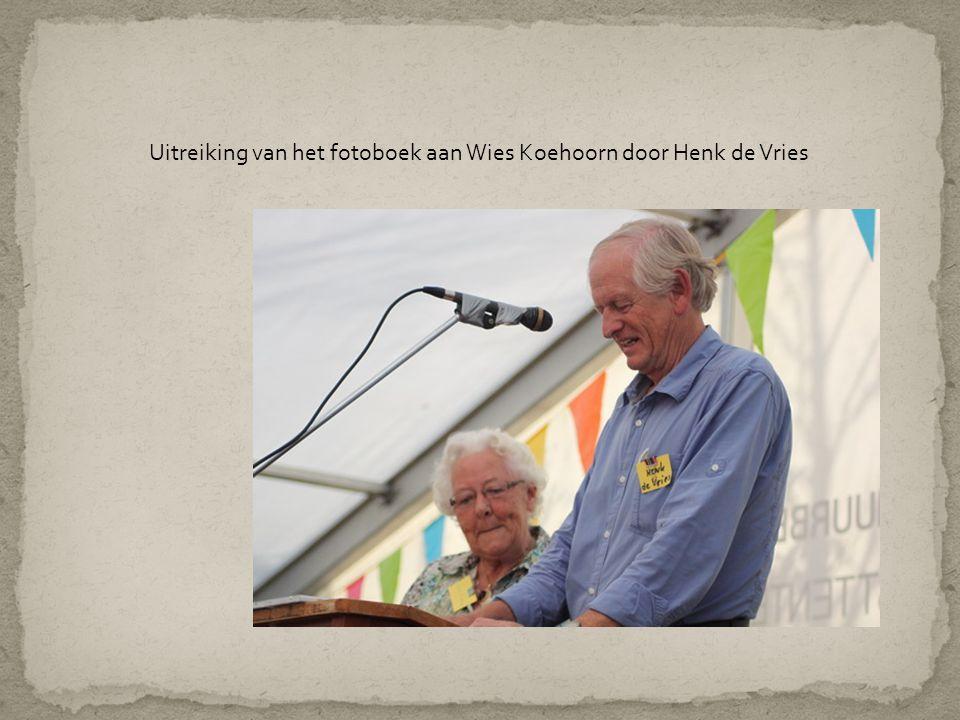 Uitreiking van het fotoboek aan Wies Koehoorn door Henk de Vries