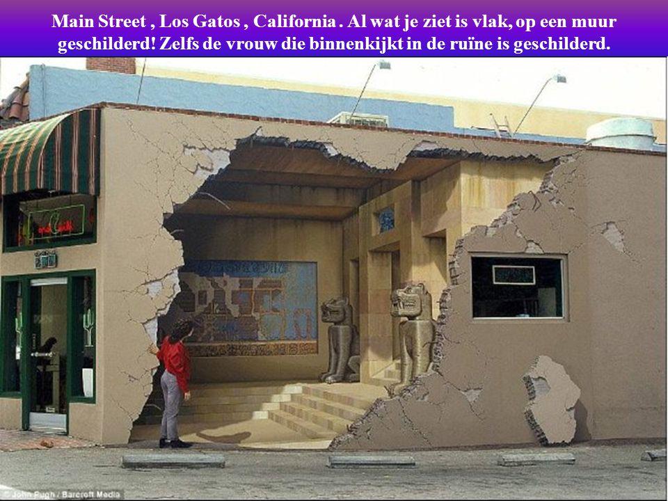 Driedimensionele schilderingen op muren van gebouwen, geschilderd door artiest John Pugh, meester in het realiseren van gezichtsbedrog.