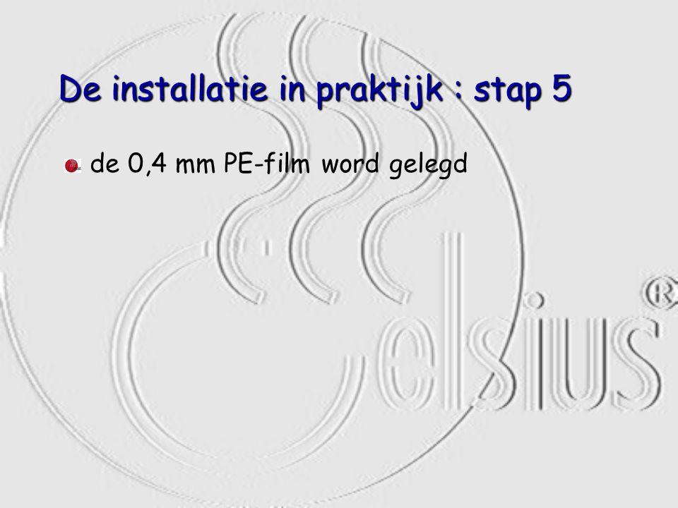 De installatie in praktijk : stap 5 de 0,4 mm PE-film word gelegd