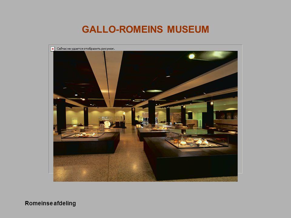 IDENTITEIT Het museum sinds 1994 –Sterk publieksgericht Focus: tijdelijke tentoonstellingen Educatieve werking voor scholen –Minimalistische presentatie collectie  Stijgende bezoekersaantallen: van 30.000 in 1994 tot 150.000 in 2004