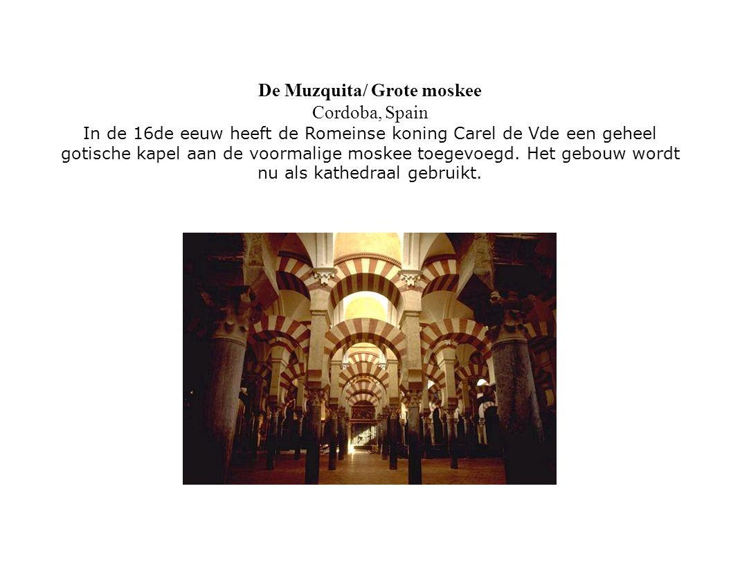 De Muzquita/ Grote moskee Cordoba, Spain In de 16de eeuw heeft de Romeinse koning Carel de Vde een geheel gotische kapel aan de voormalige moskee toegevoegd.