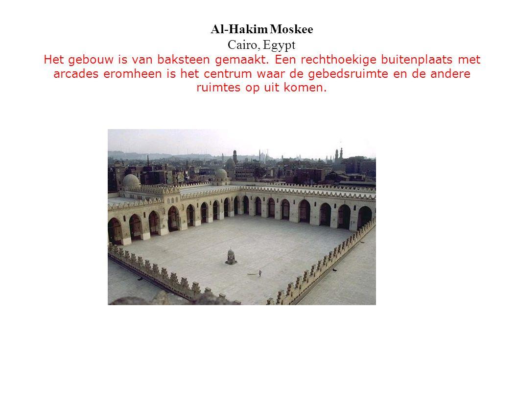 Al-Hakim Moskee Cairo, Egypt Het gebouw is van baksteen gemaakt. Een rechthoekige buitenplaats met arcades eromheen is het centrum waar de gebedsruimt