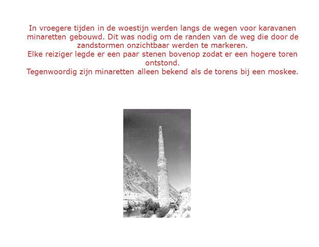 In vroegere tijden in de woestijn werden langs de wegen voor karavanen minaretten gebouwd.