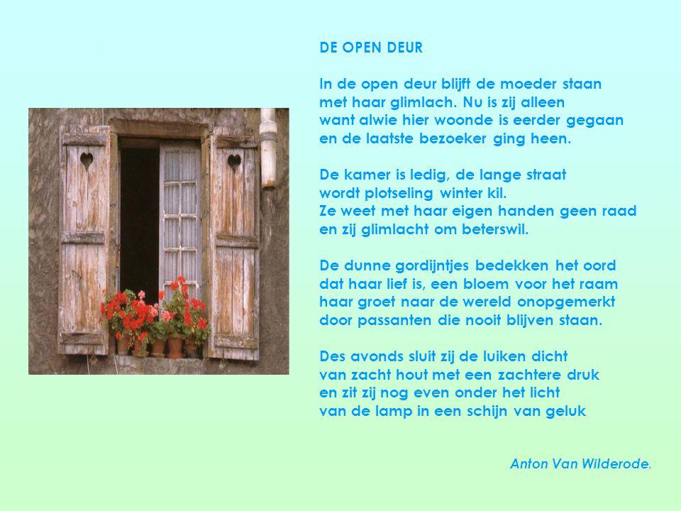 De open deur DE OPEN DEUR In de open deur blijft de moeder staan met haar glimlach.
