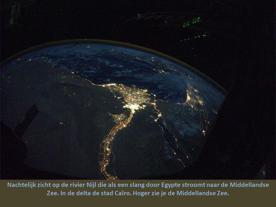 Boven de Saharawoestijn, de oude streken en hun duizendjarige geschiedenis naderend.