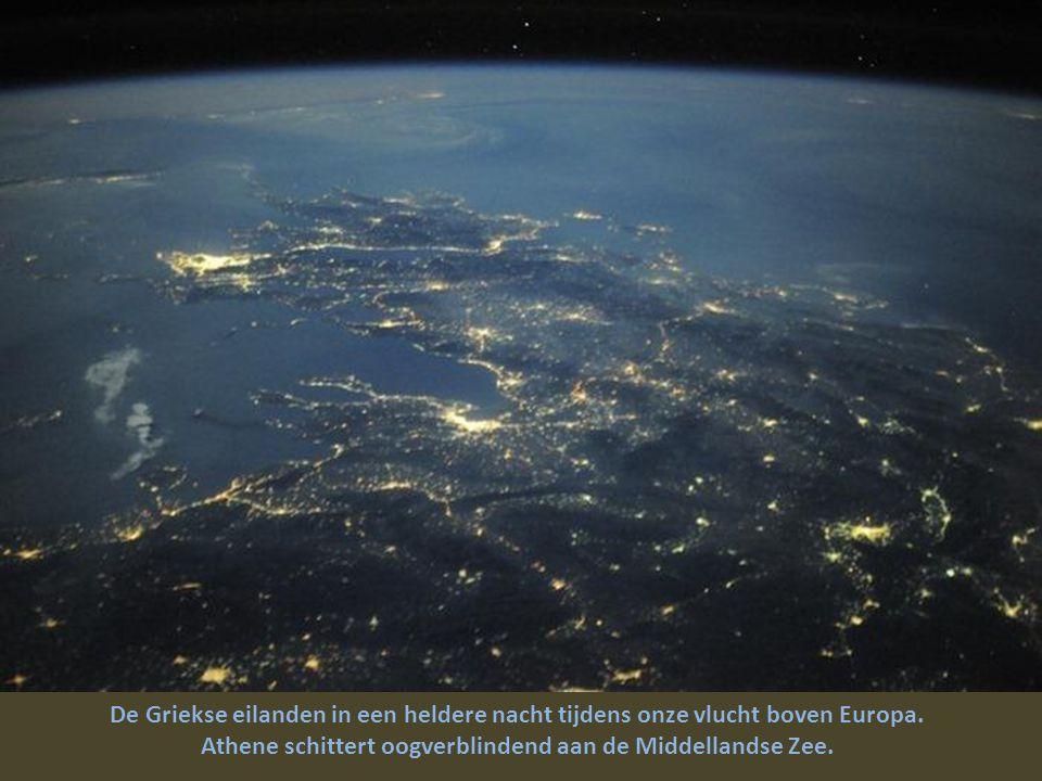 De Griekse eilanden in een heldere nacht tijdens onze vlucht boven Europa.