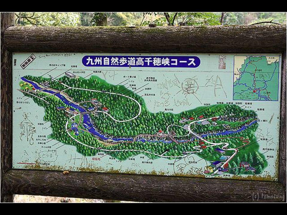 Wandelen in de Takachiho-kloof is een idyllische reis. De waterval, die valt van 17 meter hoog, dient als achtergrond voor een promenade die zich uits