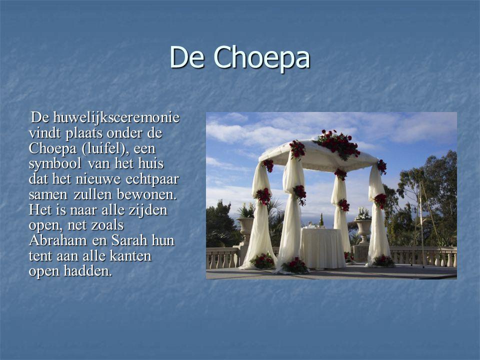 De Choepa De huwelijksceremonie vindt plaats onder de Choepa (luifel), een symbool van het huis dat het nieuwe echtpaar samen zullen bewonen.