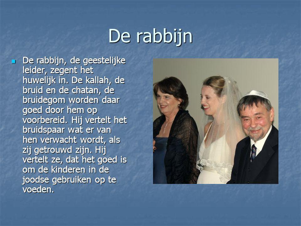 De rabbijn De rabbijn, de geestelijke leider, zegent het huwelijk in.