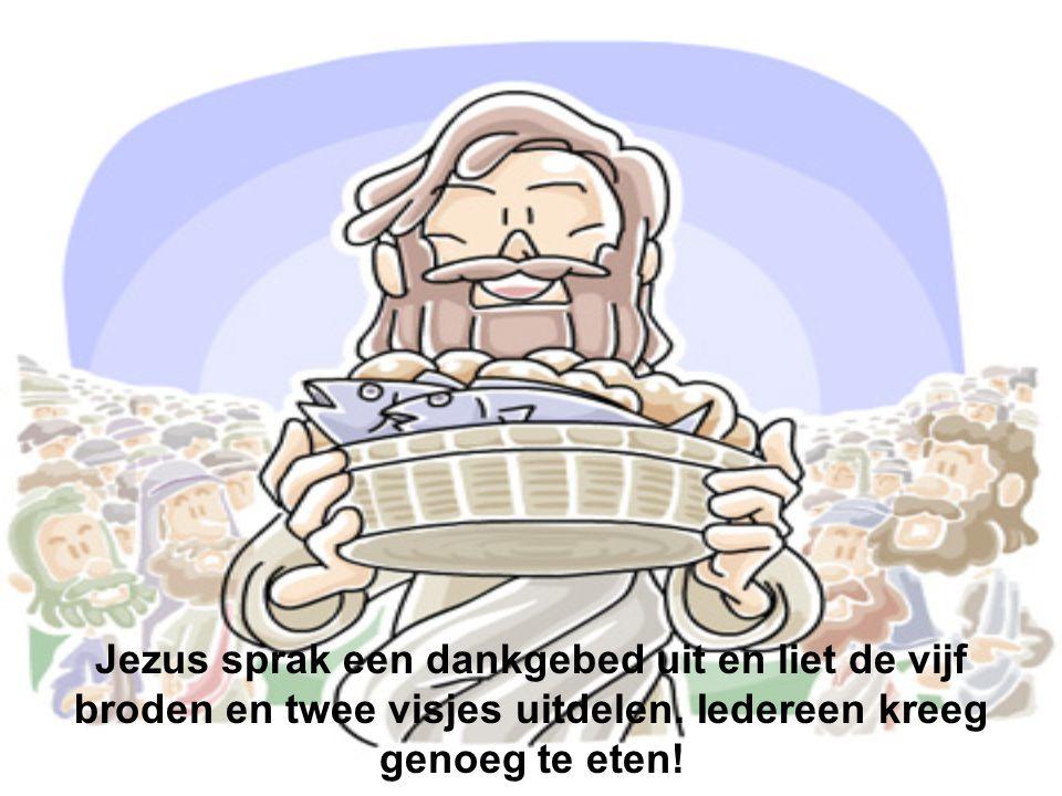 Jezus sprak een dankgebed uit en liet de vijf broden en twee visjes uitdelen. Iedereen kreeg genoeg te eten!