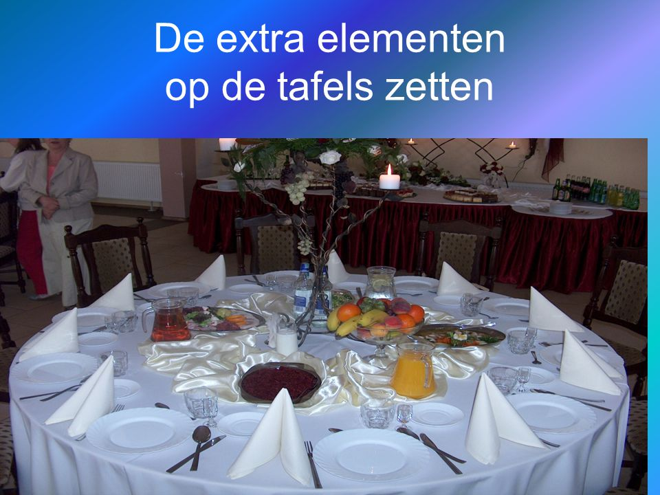 De extra elementen op de tafels zetten