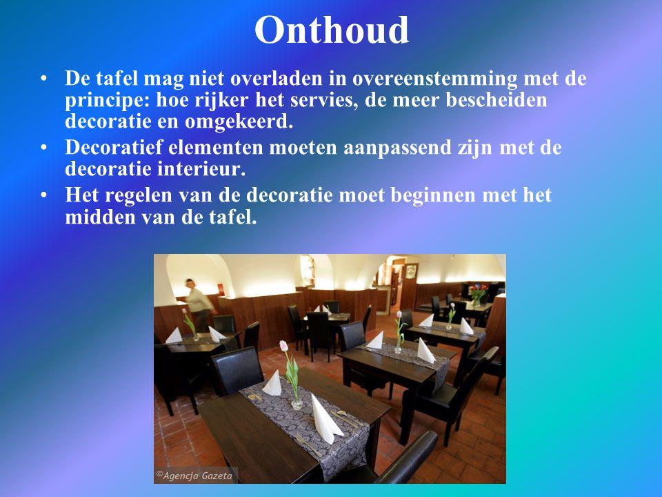 Onthoud De tafel mag niet overladen in overeenstemming met de principe: hoe rijker het servies, de meer bescheiden decoratie en omgekeerd. Decoratief