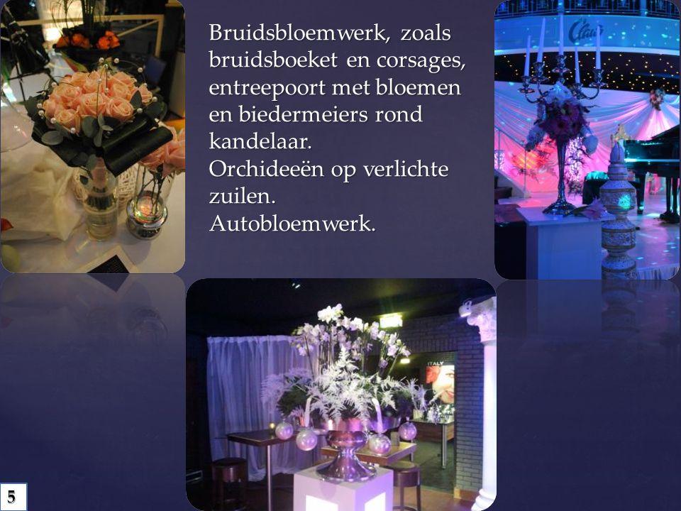 Bruidsbloemwerk, zoals bruidsboeket en corsages, entreepoort met bloemen en biedermeiers rond kandelaar.