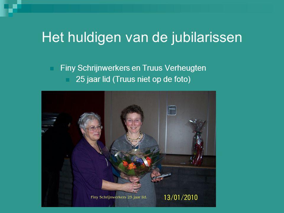 Het huldigen van de jubilarissen Finy Schrijnwerkers en Truus Verheugten 25 jaar lid (Truus niet op de foto)