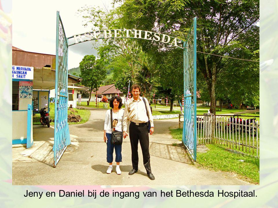 Jeny en Daniel bij de ingang van het Bethesda Hospitaal.