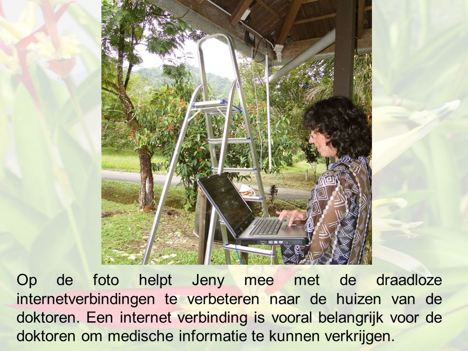 Op de foto helpt Jeny mee met de draadloze internetverbindingen te verbeteren naar de huizen van de doktoren.